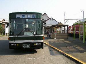 西鹿島駅はバスとの結節点として機能